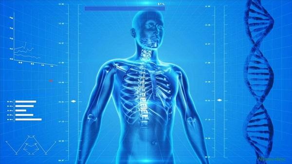 Человек с пораженными костями остеосаркомой